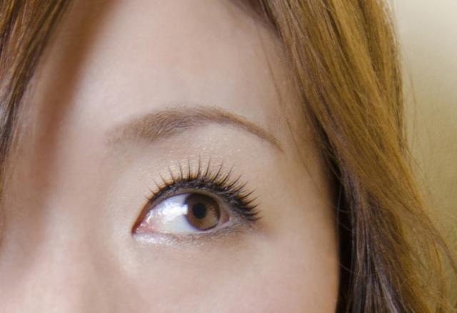 薄い眉毛が気になる!きれいにふさふさ濃くする方法は?