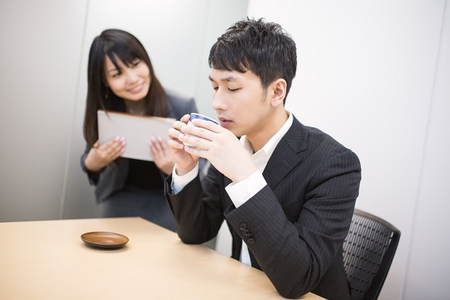職場で好きな人を避けてしまう・・・話すきっかけ作り7選